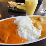 ヒマラヤインドレストラン - ダブルカレーライスセット1,090円。 いわゆる合い掛けってやつですね。 サラダとラッシー付き(プレーンorマンゴー)です。