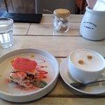 アマルフィイ カフェ - 苺のティラミスとカプチーノ