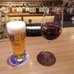83941198 - ビールと赤ワイン