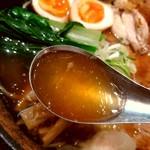 83944276 - 【2018.4.10(火)】空海特製そば(並盛・180g)1,320円のスープ