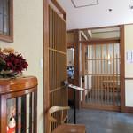 丸一そば屋 - もう一つの入口側には名前を書いて待てるようになってます、正面の引戸は個室