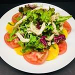 清流鶏と完熟トマトの隠家式サラダ