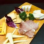 生ハムと世界のチーズの盛り合わせ