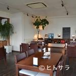 miya - 海岸に立つイタリアンベースのレストラン。夏にはテラス席も