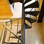 ジェラート専門店 SUGITORA - らせん階段を上がって2Fへ