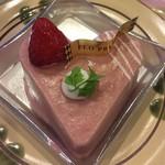 FLO・プレステージュ - さくら色の苺フロマージュ(530円)はスポンジにクランブルと苺フランボワーズソース、苺風味のレアチーズムースが重ねられていて可愛らしいハート型!フランボワーズの優しい酸味で見た目も可愛くて春って感じ♪