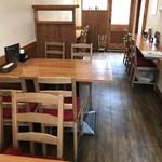 洋食の藤 - テーブル2卓、カウンターが左右に分かれて2つある店内(2018.4.11)