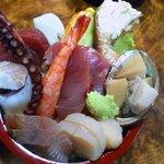 菊寿司 - 見事に盛られた三色丼