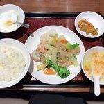 83977599 - 海鮮三種の炒め定食(1,100円税別)。ご飯のお代わり無料で、スープ、ザーサイ、杏仁豆腐付きです。