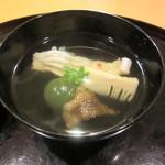 懐石料理 はし本 - お椀:アイナメ・筍・ヨモギ団子