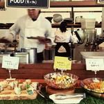 Organic Restaurant sizen - アイランドキッチンの周りにビュッフェ料理