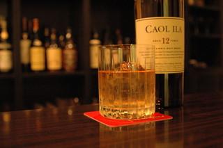 バー アップトゥーユー - ウィスキーは常時100種類以上。お好みの一杯がきっと見つかります。