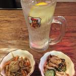 たこ焼酒場 しん家 - おつかれちゃんSET¥500の、ドリンク1杯と小鉢2品。