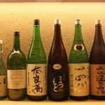 はと - ドリンク写真:ある月の日本酒ラインナップ。1合で。月替わり