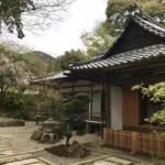 ながら茶房 本寿院 - 門を入ってすぐのお庭