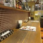テンジンバル タケノヤ - 奥のテーブル席は12時前でしたが既にお客様で埋まってたんで私はカウンターを使って食事をいただきました。