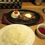 テンジンバル タケノヤ - サラダを食べてるとメインのサーロインステーキの焼き上がり、サイドメニューはご飯かバケットが選べましたが私はご飯にして貰いました。