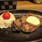 テンジンバル タケノヤ - ブラックアンガスステーキの上にはバターをクリーム状に練りこんでパセリやレモンも加えて仕上げたバターがトッピングされお肉の旨みをいっそう引き出してます。