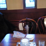 8401142 - 座った席の後ろ ゴリラのぬいぐるみと大きな丸皿