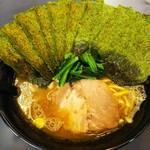 らーめん家せんだい - 料理写真:ラーメン+海苔。¥680+¥100
