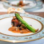 創作料理 宿 - 豚バラのロースト、プラム、 アスパラガス、 フォンドヴォーときのこのソース