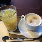 函館山ロープウェイ山頂レストランジェノバ - カフェラテとオレンジジュース