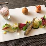 84029353 - チーズの上にトマトと生姜のソルベ、アリメカドッグ風揚げもの、桜エビと海老団子、筍他季節のやさいと和歌山の稚鮎の素揚げの前菜