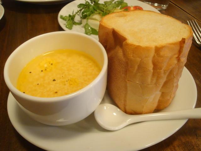 カナイユ - 玉子とパルミジャーノチーズのスープ。パン。