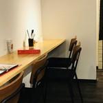 お野菜カフェ8 - 店内の様子  壁に向かって座るカウンター席は勉強スペースみたいな感じがする…