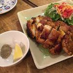 ゴンゴン - 鶏肉のピリ辛レモングラス焼き 880円 こちらも柔らかなレモングラスの香りがほんのり、 あとから辛さの追いかけてくる感があります。 甘辛なタレは薄付きで別皿のレモンと胡椒をお好みでどうぞ。