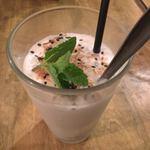 ゴンゴン - ☆チュー 500円 デザートにチョイス(まだ食べてる) グラスに氷とココナッツミルクベースにフルーツや餡子・タピオカなどの10種以上ある具材を4つ選んでオリジナルが作れます。