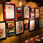 居酒屋 豆やっこ - 壁に飾られた絵も特色の一つ!