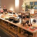都野菜 賀茂 - 様々なメニューが並ぶビュッフェレーン