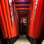 居酒屋 豆やっこ - 入口だけでなく階段も迫力あり!抜けると美味しいお酒と料理がお待ちしています!!