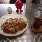 マゴーズ サンドウィッチ - アボカド野菜サンドとミルクティ