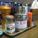 太一商店 - 「太一商店 門司店」卓上のミルのコショウ・一味・柚こしょう・幻の魚粉