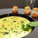 シェ オリビエ - Aコース 2,800円:Pour commencer…/前菜 青豆のヴルーテ(スープ)、軽いハーブのクリームとフロマージュブラン