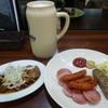 キッパーズ ケルシュ - 料理写真:レーベンブロイ(陶製スペシャルジョッキ)、やわらか煮豚、ソーセージ盛り合わせ