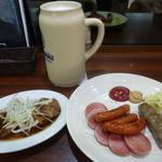 キッパーズ ケルシュ - レーベンブロイ(陶製スペシャルジョッキ)、やわらか煮豚、ソーセージ盛り合わせ
