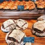 パン・デ・フィロゾフ - 陳列棚に並ぶパンは10種類ほど。午前中に訪問したところ、途中追加もされていました。