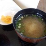 レストラン グリーンパーク - 味噌汁と漬物