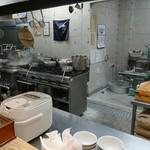 くろ松 - 厨房・製麺機