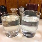 ラーメン万福 - 左が日本酒、右が水