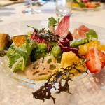 84061884 - 季節のお野菜のサラダ                                              彩り鮮やかでとってもキレイ♡