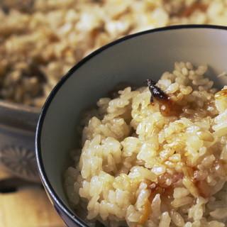 創業から変わらない美味しさ。〆は土鍋で炊き上げる鶏飯で決まり
