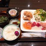 鱗蔵 - ランチ食べ放題(40分制) @1,080円 こんな感じで盛りだくさんなお刺身&唐揚げのランチに。ここにお刺身をお替り。