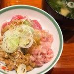 鱗蔵 - まぐろはとろろ・納豆と一緒に丼にしてみた。ネギはお味噌汁コーナーにあったもの。