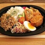 亜細亜的惣菜店 マンハッタン 新札幌サンピアザ店 - ガパオとマッサマンのお弁当。626円。