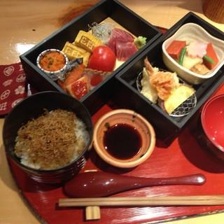 お得に楽しめる!大人気の『お昼のお弁当コース』1,100円~