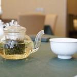 馨林 - お茶もポットで提供されます。